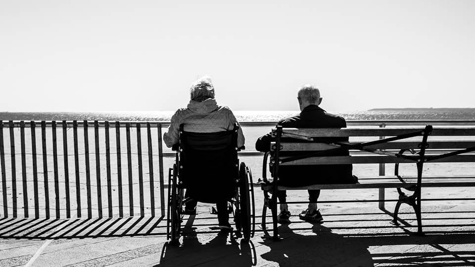 Personnes âgées assises
